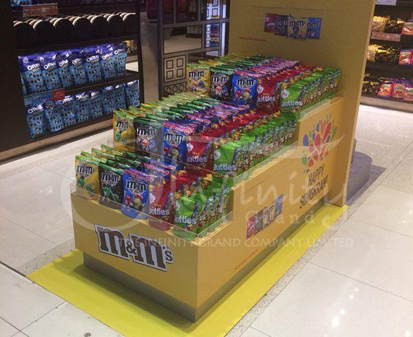 ชั้นวางสินค้า m&m และ Ferrero Rocher